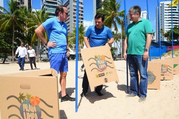Sacolas e canudos de papel na praia